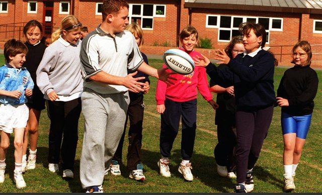 Dean Lawford of Sheffield Eagles with Hexthorpepupils in the Dash scheme which was used to promote exercisein 1996