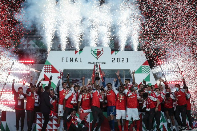 SC Braga´s players celebrate winning the 'Taca de Portugal' (Portugal's Cup) final football match against SL Benfica at the EFAPEL stadium in Coimbra on May 23, 2021. (Photo by CARLOS COSTA / AFP) (Photo by CARLOS COSTA/AFP via Getty Images)