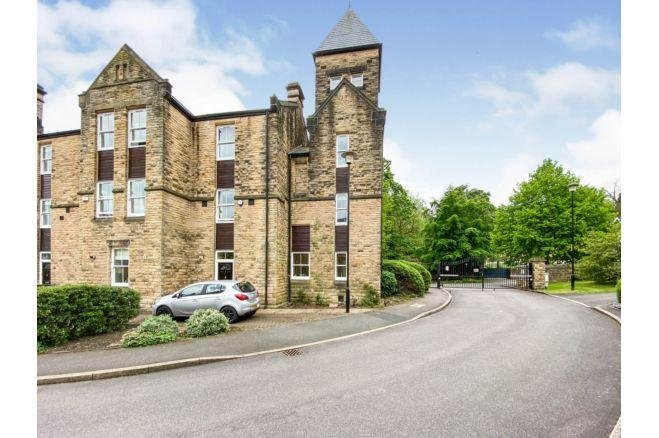 This 19th Century period property in Victoria Court  has access to a swimming pool and gym. It also has no onward chain.