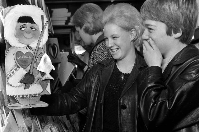 Les jeunes s'amusant à rire aux cartes de la Saint-Valentin en 1967