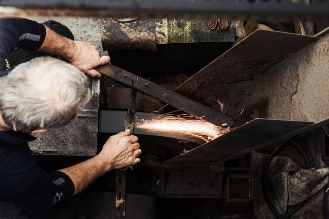Hand grinder Andrew Colton, aged 61. He joined William Whiteley & Sons aged 14.