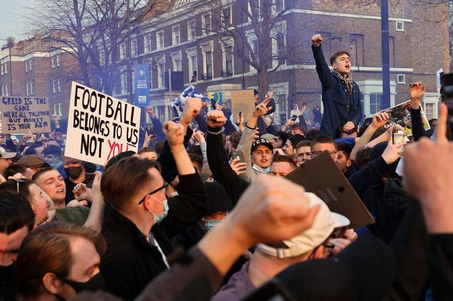 Football supporters demonstrate against the proposed European Super League outside of Stamford Bridge (Photo by ADRIAN DENNIS/AFP via Getty Images)