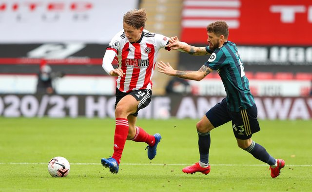 SHEFFIELD, ENGLAND - SEPTEMBER 27: Sander Berge of Sheffield United battles for possession with Mateusz Klich of Leeds United during the Premier League match between Sheffield United and Leeds United at Bramall Lane on September 27, 2020 in Sheffield, England. Sporting stadiums around the UK remain under strict restrictions due to the Coronavirus Pandemic as Government social distancing laws prohibit fans inside venues resulting in games being played behind closed doors. (Photo by Alex Livesey/Getty Images)