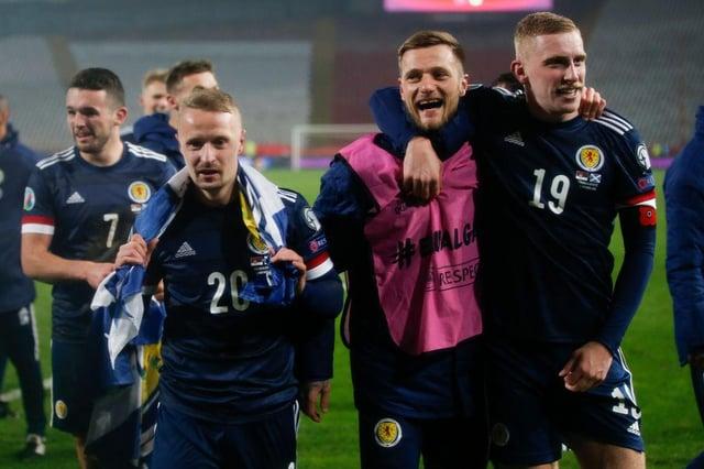 El delantero del Sheffield United Oli McBurnie (derecha) celebra la victoria de Escocia sobre Serbia en Belgrado: Srdjan Stevanovic / Getty Images