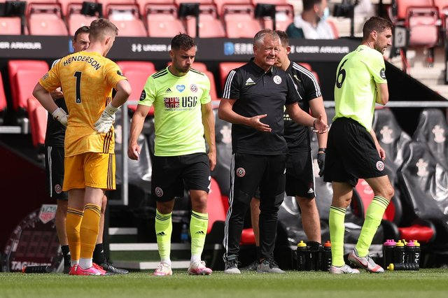 Chris Wilder talks to the players during a drinks break during the Premier League match between Southampton FC and Sheffield United at St Mary's Stadium. (Photo by Naomi Baker/Getty Images)